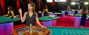 les croupiers sont fimés en direct dans les casinos live